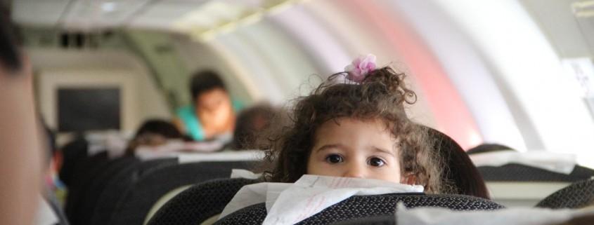 Kind im Flugzeug