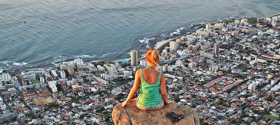 Fotografie in Kapstadt mit einem Bild von Lions Head und einer Frau am Felsen