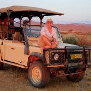 Frau auf Jeep in Afrika