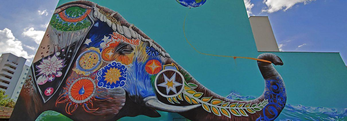 Elefant mit Weltballon Mural von Jadore Tong in Berlin Kreuzberg